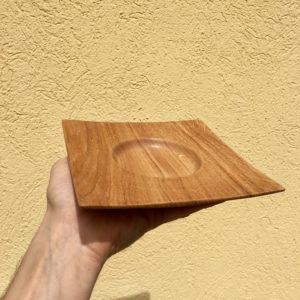 Petite assiette creuse carrée en Chêne